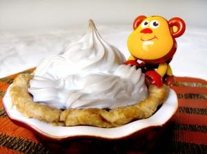 macaco pequeno no prato