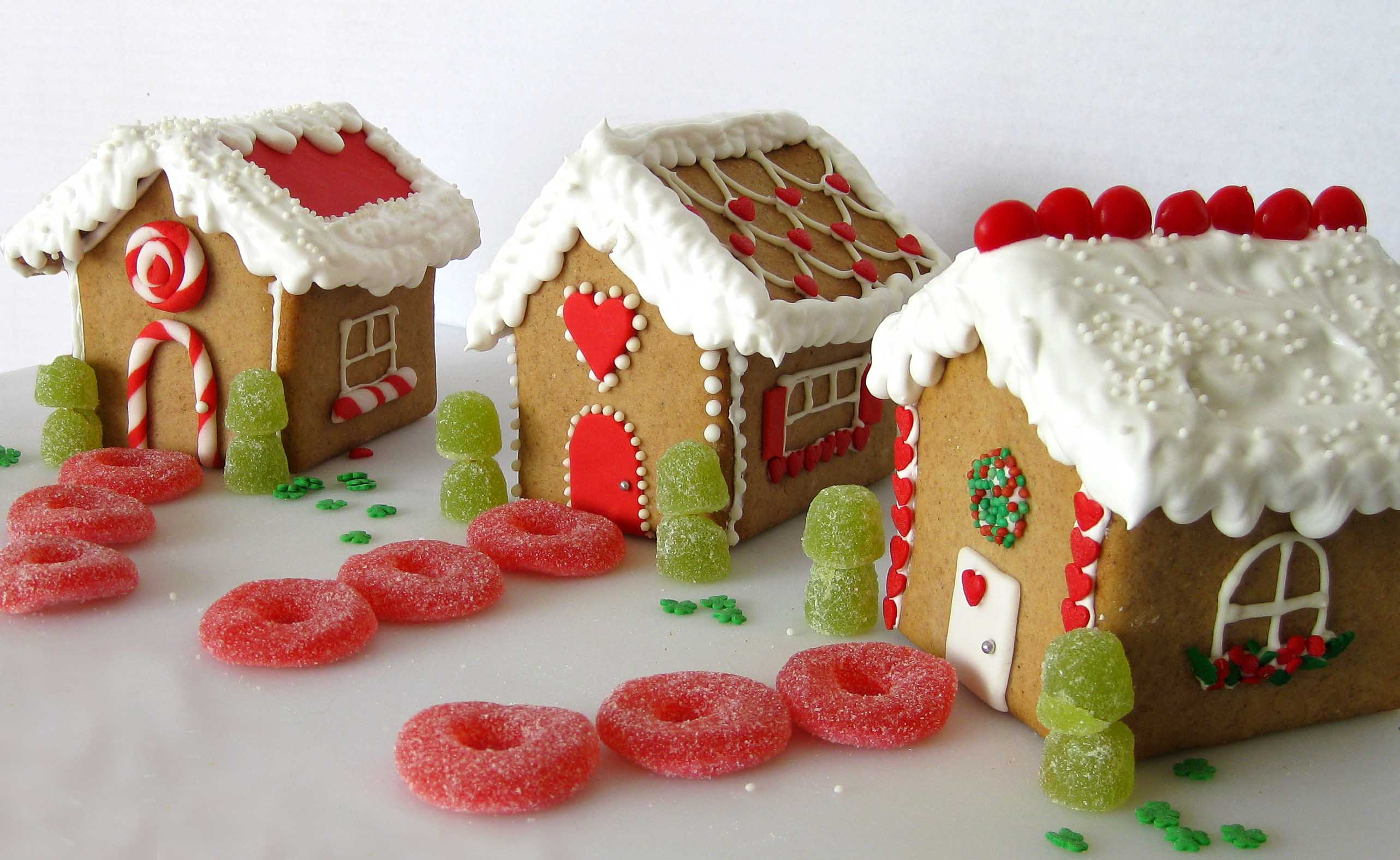 https://thecookieshop.files.wordpress.com/2009/11/gingerbread-houses.jpg